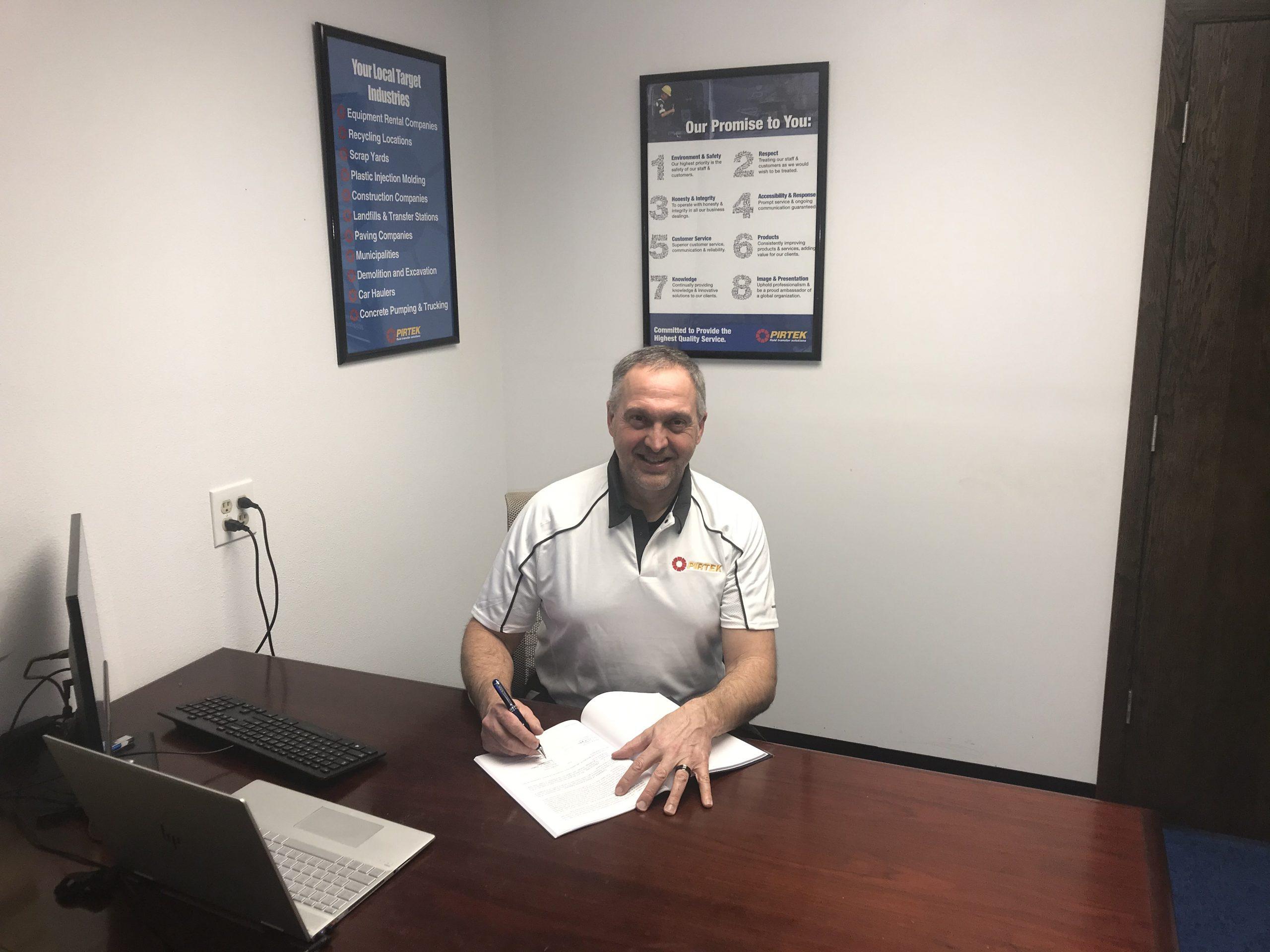 Tom Fechter signing 100th franchise agreement with PIRTEK USA